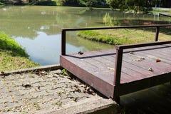 Mały drewniany most przez jezioro Zdjęcia Royalty Free