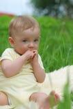 mały dzieciak, trawa Obraz Stock