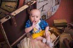 Mały dziecko siedzi w walizce Obrazy Stock