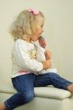 mały dziewczyna lizak Zdjęcie Royalty Free