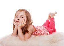 mały dziewczyny lying on the beach Zdjęcia Stock