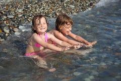 mały dziewczyny morze siedzi dwa Fotografia Stock