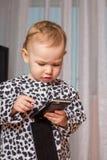 mały dziewczyny telefon komórkowy Zdjęcie Stock
