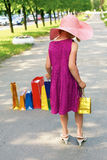 Mały elegancki dziewczyny odprowadzenia puszek ulica Fotografia Royalty Free