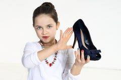 Mały fashionista mienia but Fotografia Stock