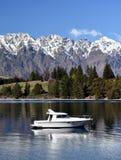 Mały jacht na Jeziornym Wakatipu Zdjęcie Royalty Free