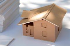 Mały kartonu domu model na bielu Zdjęcie Royalty Free