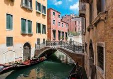 Mały most i architektoniczni czerepy od budynków Zdjęcie Royalty Free