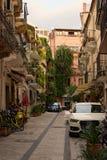 Mały podwórze blisko mieszkaniowego domu w Taormina Obrazy Royalty Free