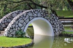 Mały skalisty most nad stawem Obrazy Royalty Free