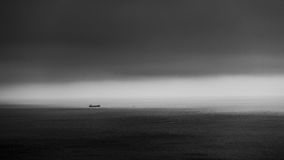 Mały statek w morzu fotografia stock