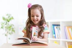 Mały studencki dziewczyny studiowanie przy preschool Fotografia Royalty Free