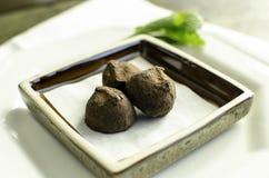 Mały talerz czekoladowe trufle. Obraz Royalty Free
