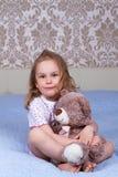 mały trawy dziewczyny posiedzenia Zdjęcie Stock
