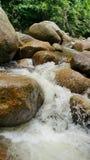 Mały wodny spadek w rzece obrazy royalty free