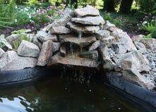 Mały wodny staw od kamieni w ogródzie botanicznym Siklawa fotografia royalty free