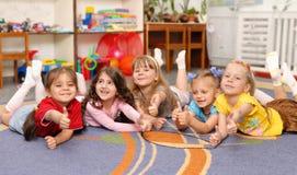Małych dziewczynek przedstawienie znaka OK Obraz Stock