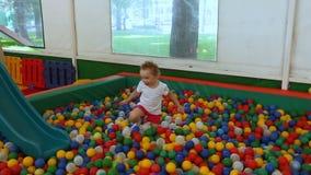 Małych dziewczynek sztuki w basenie z sferami zdjęcie wideo