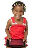 Mała amerykanin afrykańskiego pochodzenia dziewczyna używa pastylka komputer osobistego Zdjęcie Royalty Free