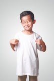 Mała Azjatycka chłopiec Pokazuje Jego Białą koszula Fotografia Stock