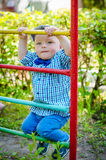 Mała berbeć chłopiec ma zabawę przy boiskiem Zdjęcie Royalty Free
