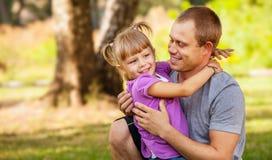 Mała córka bawić się z jej ojcem Obrazy Royalty Free
