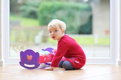 Mała dziewczyna bawić się z jej lalą Zdjęcia Royalty Free