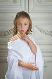Mała dziewczynka anioła małej dziewczynki dosypiania palec Zdjęcie Stock