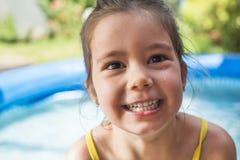 Mała dziewczynka bawić się przy swimmingpool Zdjęcie Royalty Free