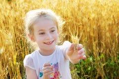 Mała dziewczynka bawić się w pszenicznym polu Zdjęcie Royalty Free