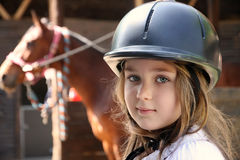 Mała dziewczynka i brown koń Zdjęcia Royalty Free