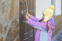 Mała dziewczynka otwarte drzwi Obrazy Stock