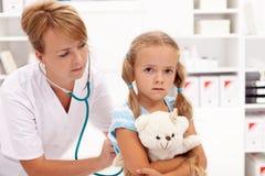 Mała dziewczynka przy lekarką Obrazy Royalty Free