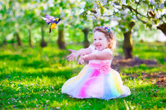 Mała dziewczynka w czarodziejskim kostiumowym karmieniu ptak Obrazy Royalty Free