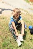 Mała dziewczynka w mokrych spodniach Zdjęcia Royalty Free