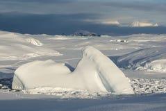 Mała góra lodowa marznąca w cieśniny na tle o Obraz Royalty Free