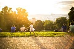 Mała śmieszna dziewczyna bawić się na zielonej trawie, Praga, august 2015 Fotografia Stock