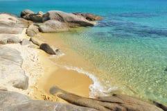 Mała opustoszała piaskowata plaża Zdjęcia Royalty Free