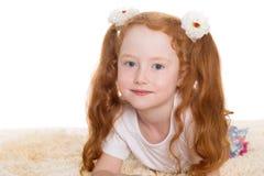 Mała piękna dziewczyna z czerwonym włosy Fotografia Royalty Free