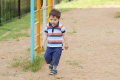Mała przystojna chłopiec w skrótach Zdjęcie Royalty Free
