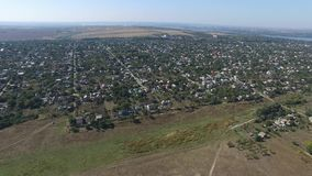 Mała wioska z depresja domami usuwał od widok z lotu ptaka zbiory wideo