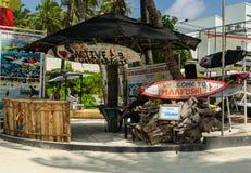 Maafushi wyspy, Maldives †'Listopad, 2017: Malowniczy Maafush surfingu centrum, Maafushi wyspa, Maldives, ocean indyjski Zdjęcie Royalty Free