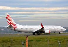 Maagdelijk de passagiersvliegtuig die van Australië bij de luchthaven taxi?en stock foto