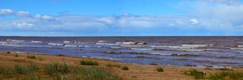 Maagdelijk panoramisch zeegezicht met wolken en kleine golven in Oostzee Stock Afbeeldingen