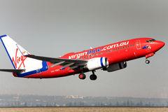 Maagdelijke Blauwe Boeing 737 die opstijgt. stock afbeelding