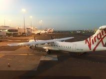 Maagdelijke de passagiersvliegtuigen van Australië bij de luchthaven stock foto's