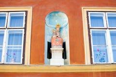 Maagdelijke Mary die de baby Jesus vervoeren Stock Foto