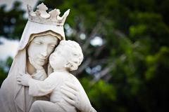 Maagdelijke Mary die de baby Jesus vervoert Stock Fotografie
