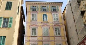 Maagdelijke Mary On The Facade Of een Huis in Menton Frankrijk stock footage