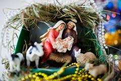 Maagdelijke Mary gaf geboorte aan Jesus, en het ligt in de voederbak stock afbeeldingen